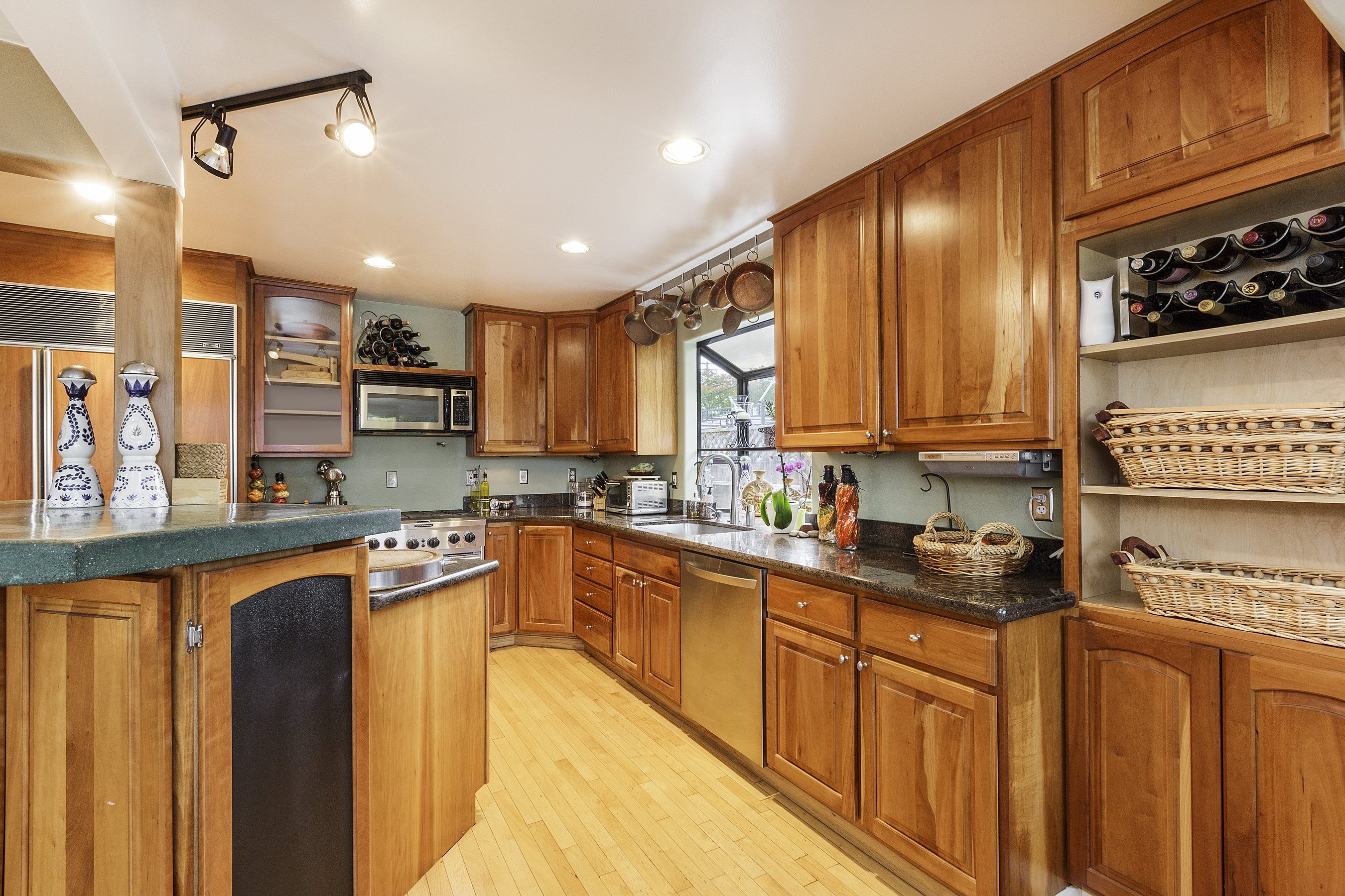 10-605Oakridge-kitchen-high-res